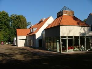 Belægning med Holmegårdssten og haveanlæg på Arresødal Privathospital