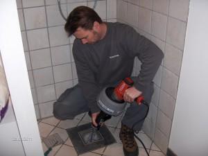 Rensning af gulvafløb med motorspiral.